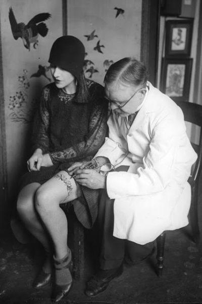 GEORGE BURCHETT TRABALHA A COXA DE UMA CLIENTE EM 1930