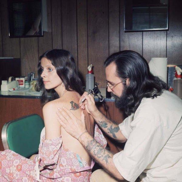 MULHER TENDO AS COSTAS TATUADAS 1973