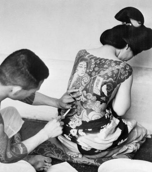 UM TATUADOR JAPONÊS DESCONHECIDO TRABALHA TATUAGENS TRADICIONAL JAPONESA CERCA DE 1930