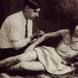 Imagens de mulheres sendo tatuadas em décadas passadas