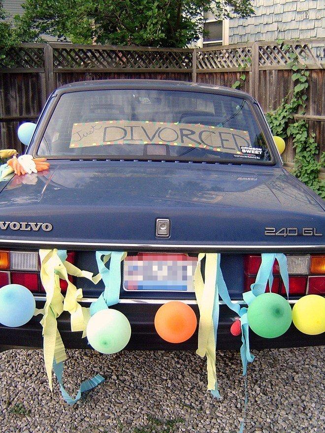 Just Divorced Pessoas celebrando o dia mais feliz de suas vidas 10