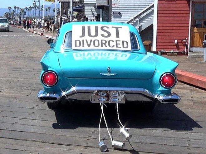 Just Divorced Pessoas celebrando o dia mais feliz de suas vidas 4