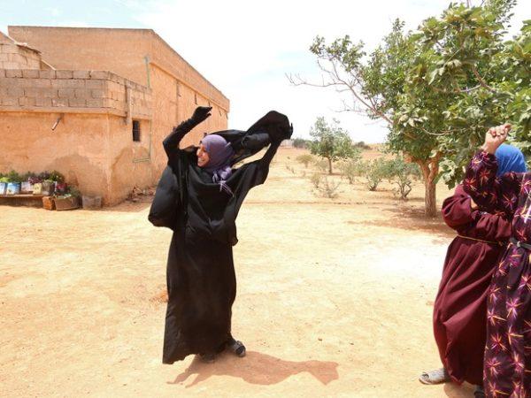Mulher libertada do Estado Islâmico: imagens mostram liberdade feminina