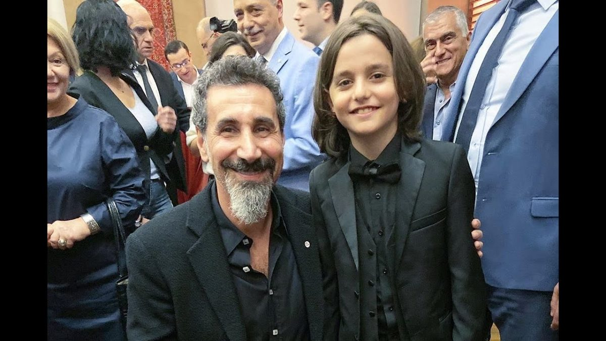 Menino de 11 anos canta Lonely Day do System of a Down para Serj Tankian