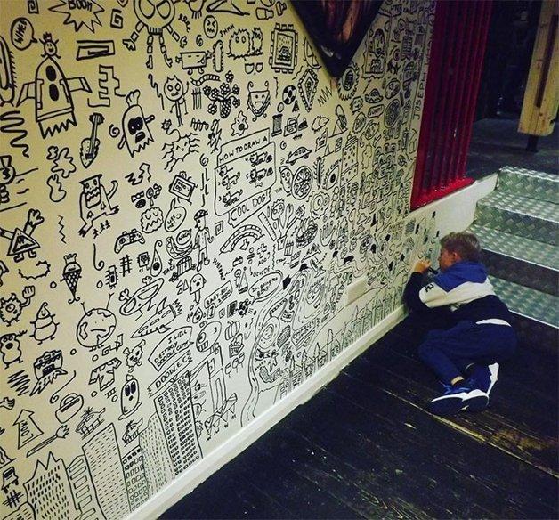 Joe Whale Menino a que tinha problemas na escola por desenhar na parede e contratado pra decorar restaurante inteiro 4