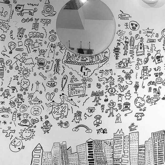 Joe Whale Menino a que tinha problemas na escola por desenhar na parede e contratado pra decorar restaurante inteiro 5