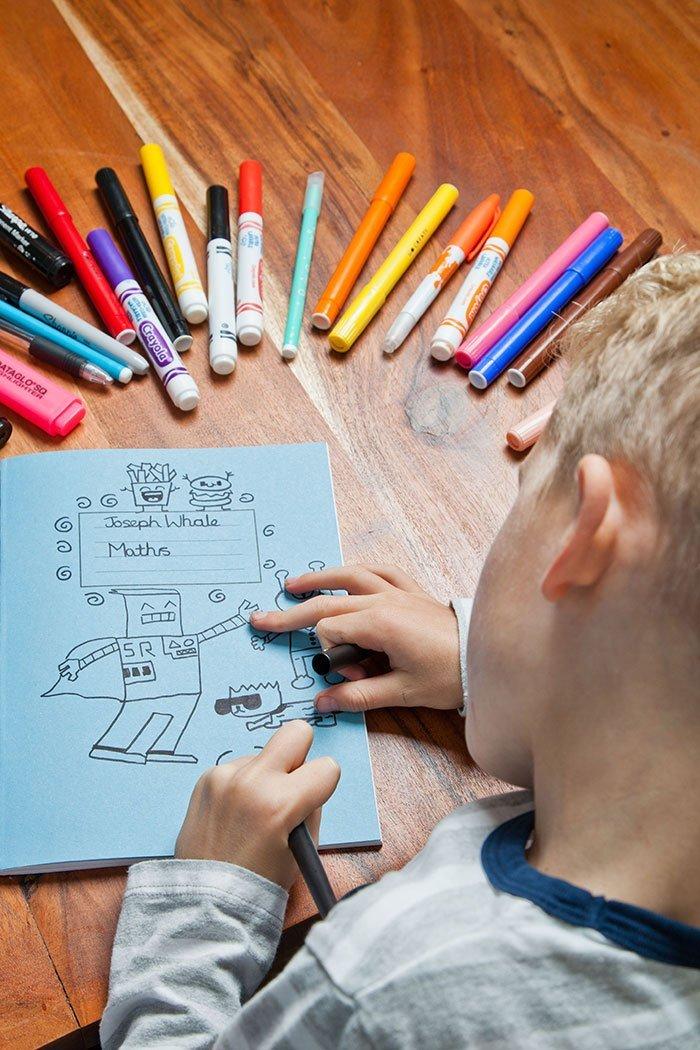 Joe Whale Menino a que tinha problemas na escola por desenhar na parede e contratado pra decorar restaurante inteiro 7