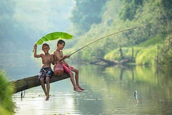Fotos de crianças brincando ao redor do mundo
