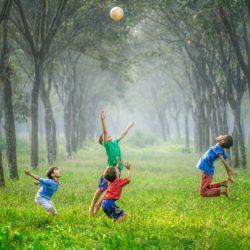 Infância e globalização: imagens registram alegria de crianças brincando ao redor do mundo sem o poder da tecnologia