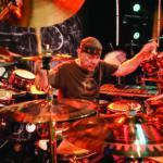 10 momentos de Neil Peart na bateria que provam que ele é uma lenda do rock