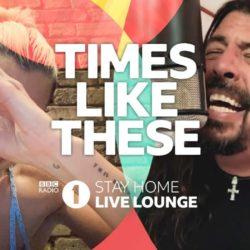 """""""Times Like These"""", do Foo Fighters, ganha versão acústica na pandemia com participação de Dua Lipa e Chris Martin e outros artistas"""