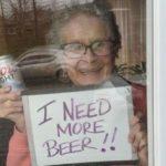 Em quarentena idosa pede mais vinho através de cartaz no Canadá Outra na Pensilvânia prefere que lhe levem cerveja