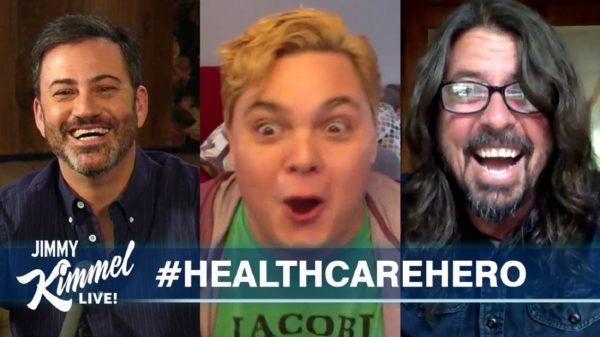 Em aparição surpresa no programa Jimmy Kimmel Live Dave Grohl canta para enfermeiro em recuperação da covid 19 1