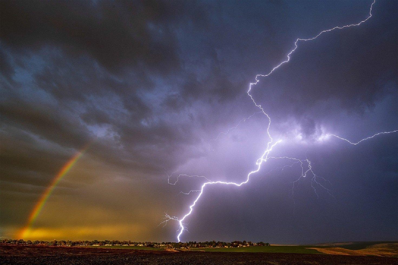 Pete Caster fotógrafo captura relâmpago e arco íris na mesma foto nos EUA