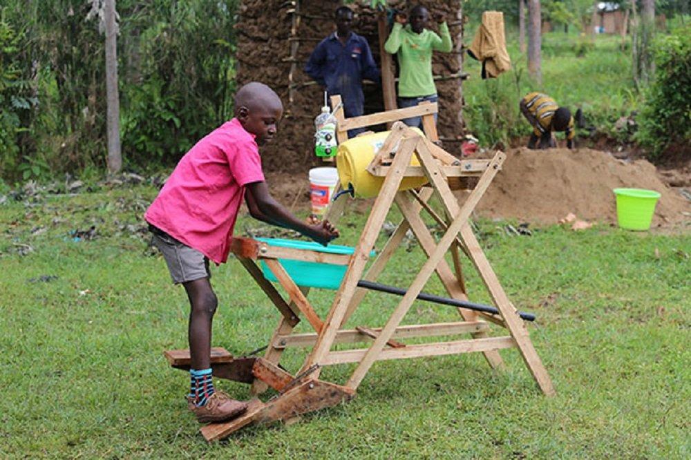 Stephen Wamukota: garoto de 9 anos usa a criatividade e cria engenhoca para lavar mãos e prevenir a COVID-19