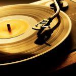 Vinyl Slut and Vinil and Feet perfis no Instagram reunem mulheres pes e discos de vinil