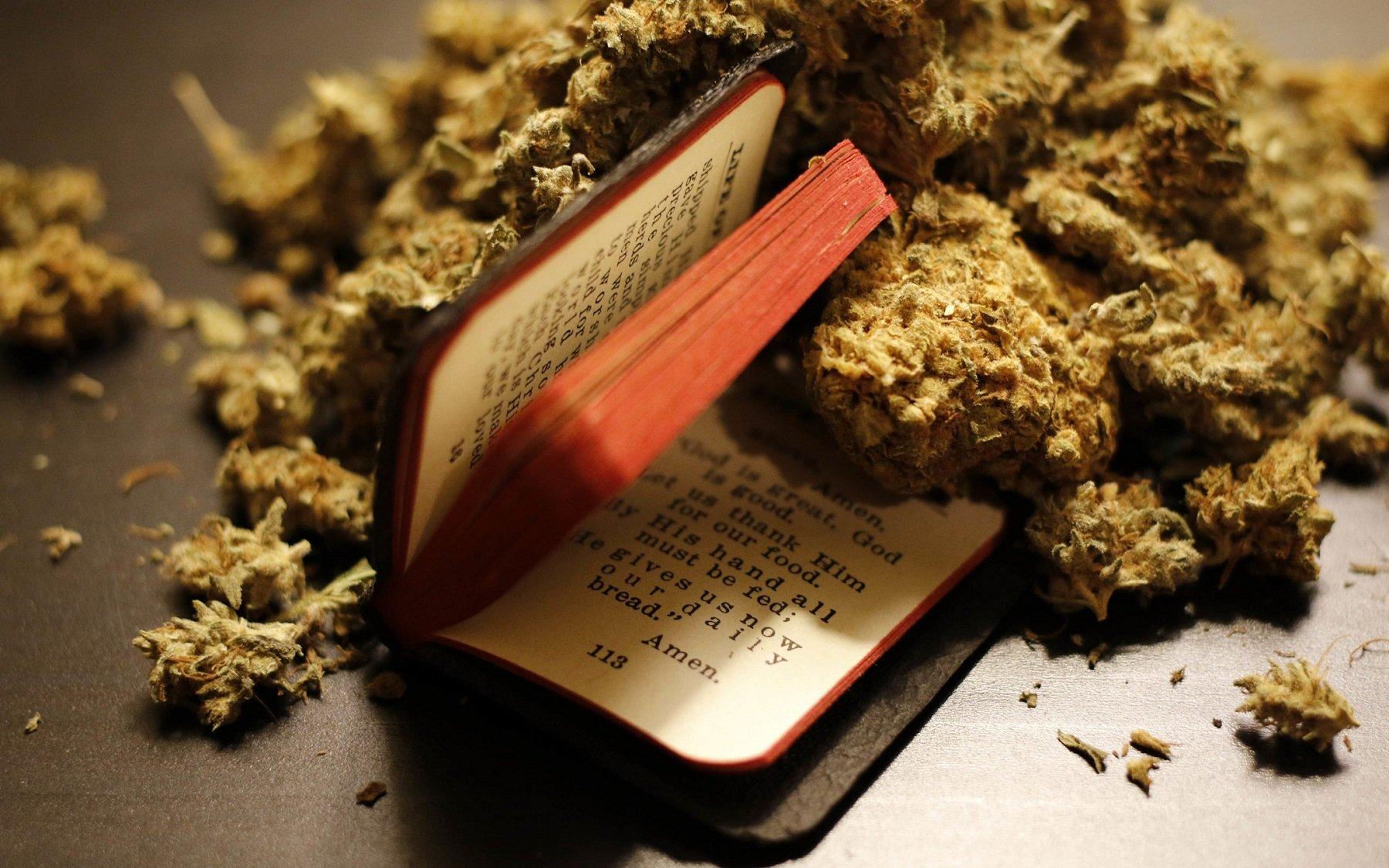 Grupo de cristãos defende que maconha os aproxima de Deus e fuma erva para ler a Bíblia