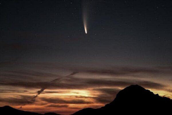 Cometa Neowise casal fica noivo durante passagem de cometa visivel no hemisferio norte a cada 6800 anos