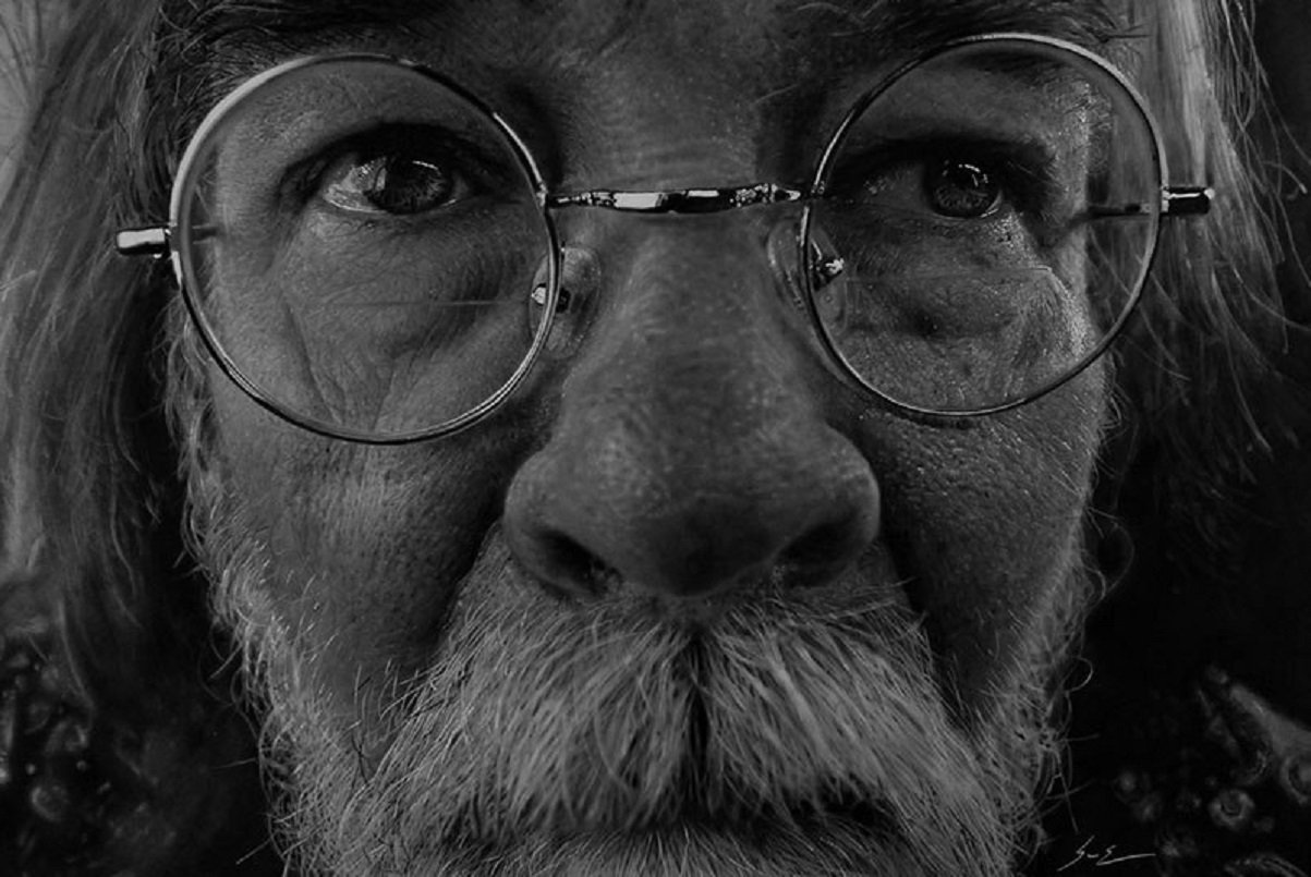 """Dylan Eakin: """"fotorrealista"""" cria retratos de carvão hiperrealistas e impressiona com talento"""