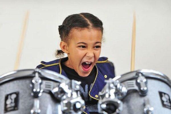 Nandi Bushell baterista de 9 anos se destaca com seu talento Mini rockstar chama atencao de Lenny Kravitz Flea e Serj Tankian