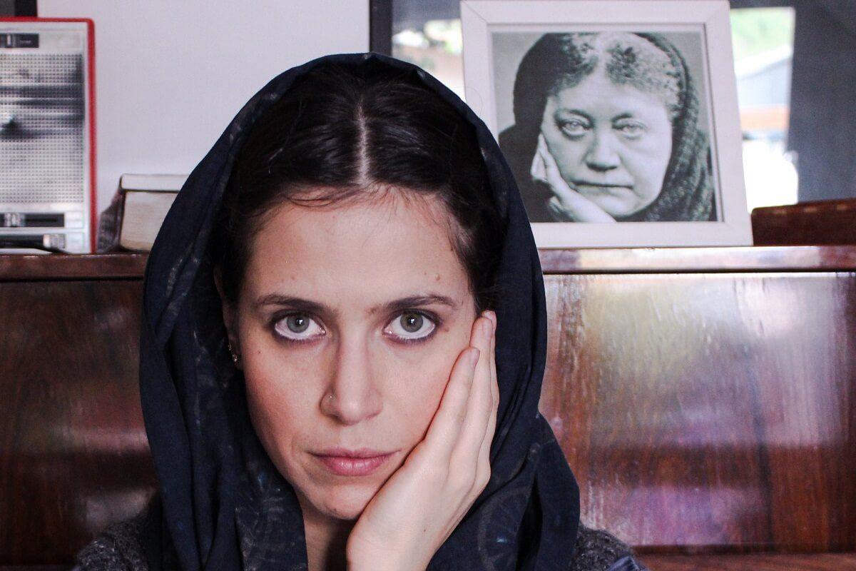 A história de Madame Blavatsky na interpretação de Mel Lisboa