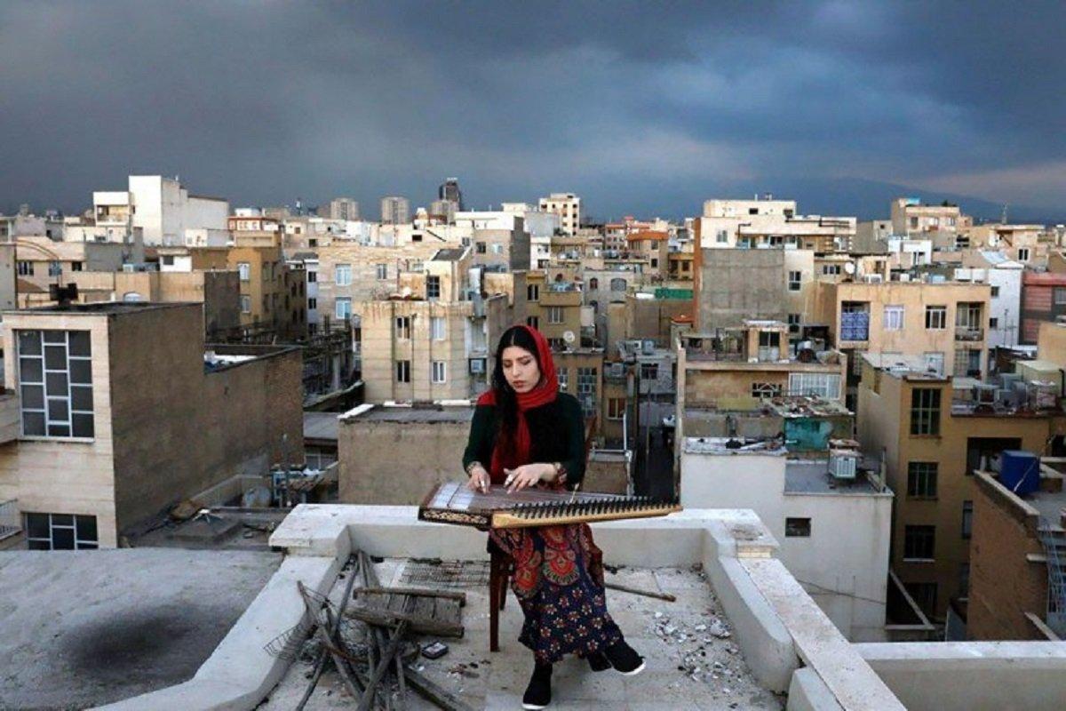 Essas fotografias de musicos nos terracos falam bastante sobre a solidao da pandemia no Oriente Medio 1