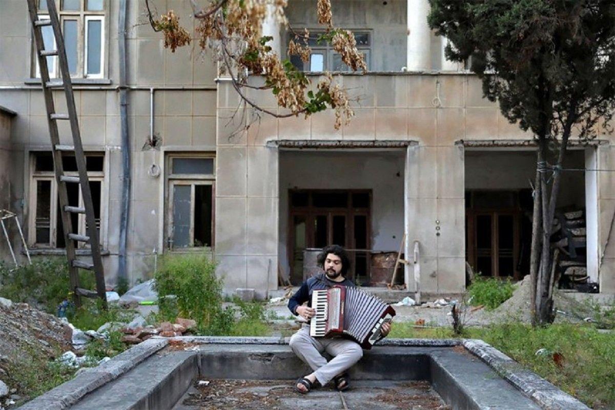 Essas fotografias de musicos nos terracos falam bastante sobre a solidao da pandemia no Oriente Medio 3