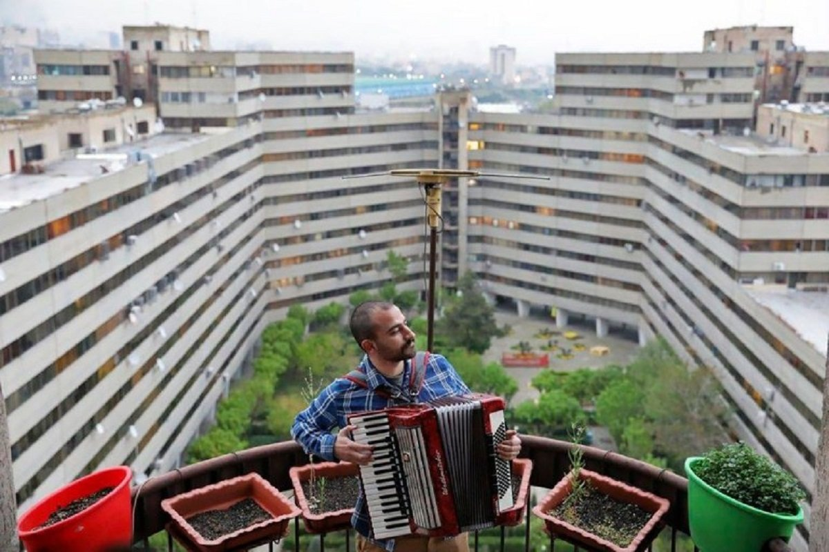 Essas fotografias de musicos nos terracos falam bastante sobre a solidao da pandemia no Oriente Medio 4