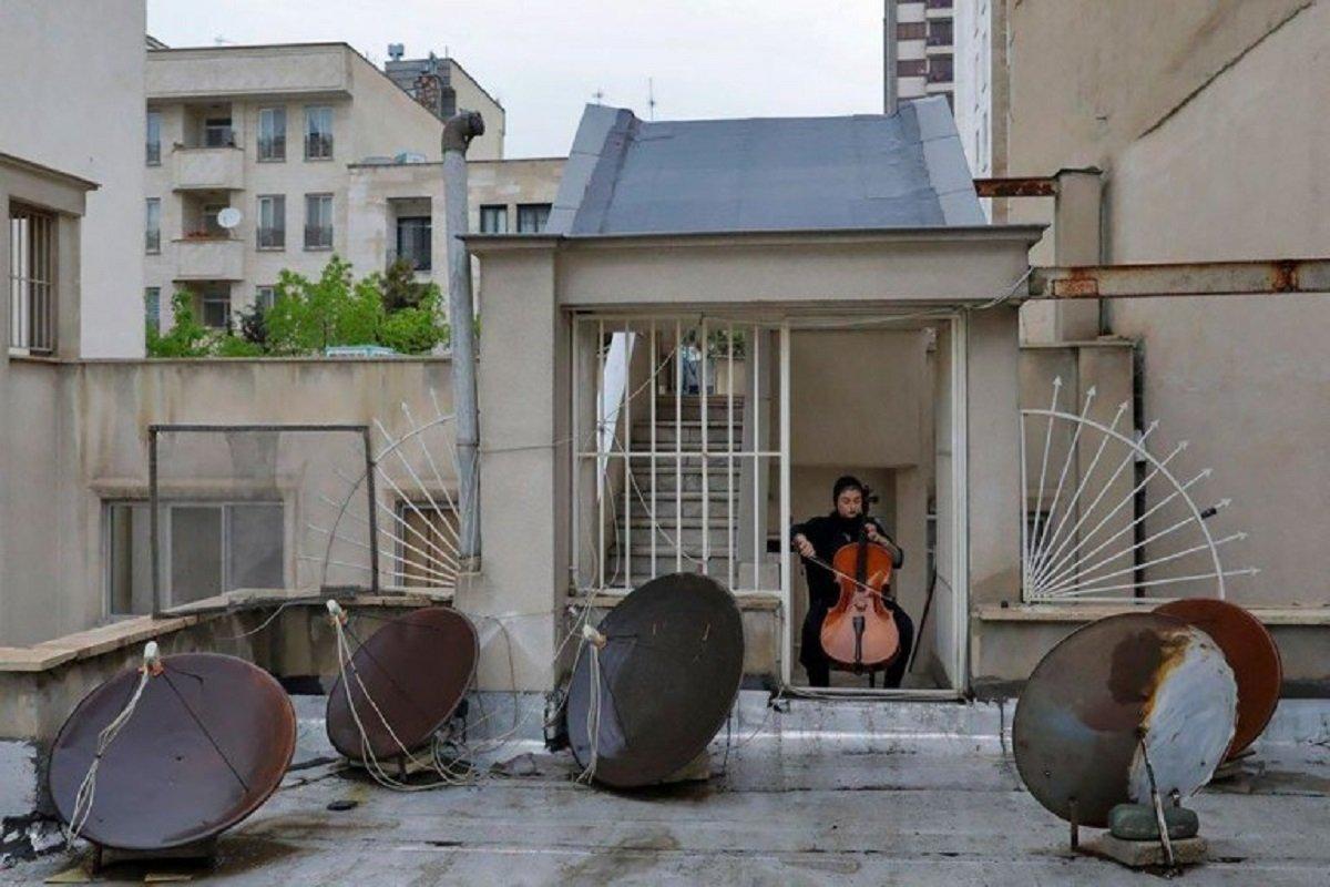 Essas fotografias de musicos nos terracos falam bastante sobre a solidao da pandemia no Oriente Medio 5