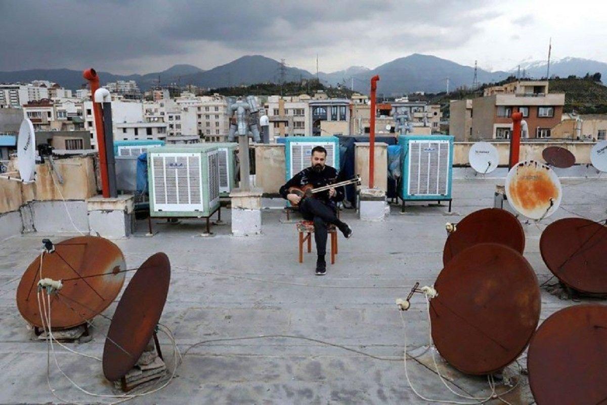 Essas fotografias de músicos nos terraços mostram a solidão da pandemia no Oriente Médio