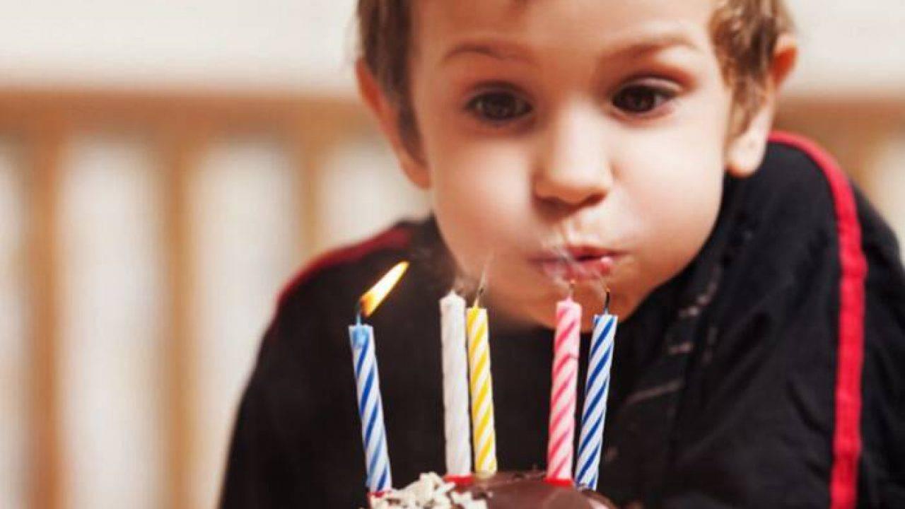 Crianças endemoniadas que tentaram apagar a vela de aniversário de outras