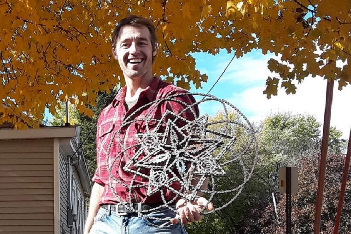 Drew Evans: artista compõe obras com sucata e correntes de bicicleta