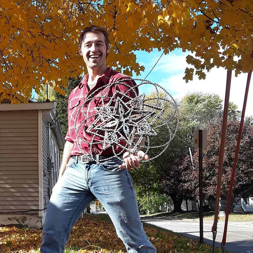 Drew Evans artista compoe obras com sucata e correntes de bicicleta 1