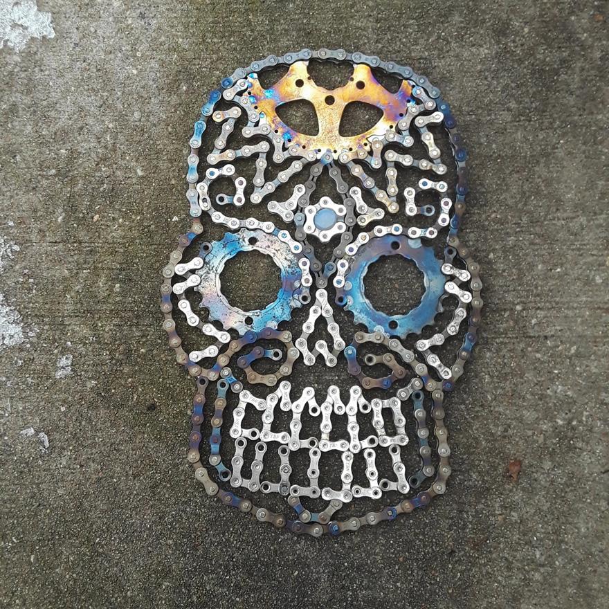 Drew Evans artista compoe obras com sucata e correntes de bicicleta 10
