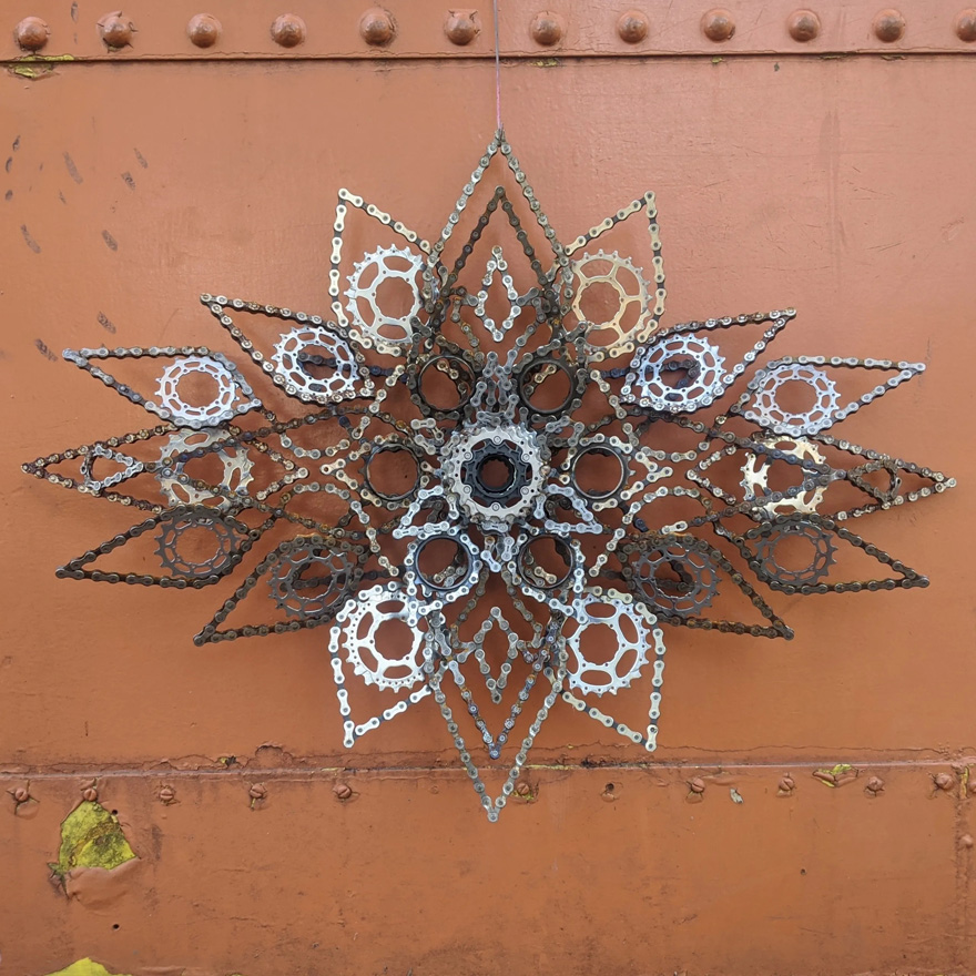 Drew Evans artista compoe obras com sucata e correntes de bicicleta 11