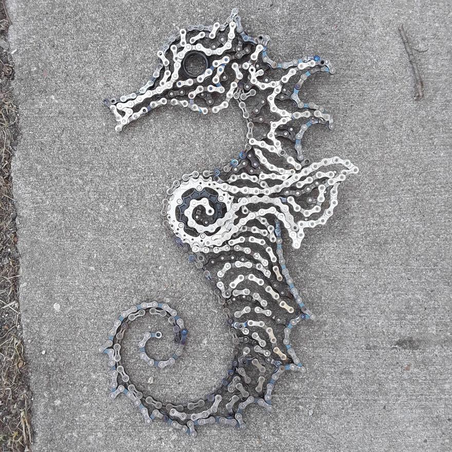 Drew Evans artista compoe obras com sucata e correntes de bicicleta 14