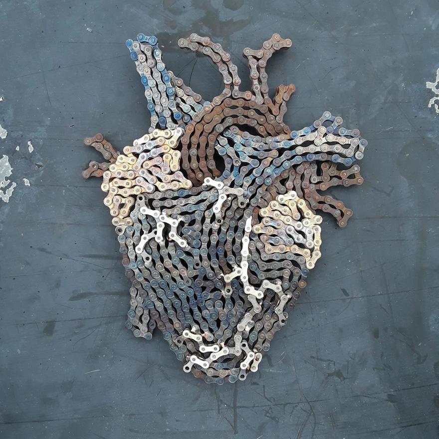 Drew Evans artista compoe obras com sucata e correntes de bicicleta 4