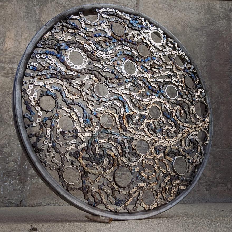 Drew Evans artista compoe obras com sucata e correntes de bicicleta 7