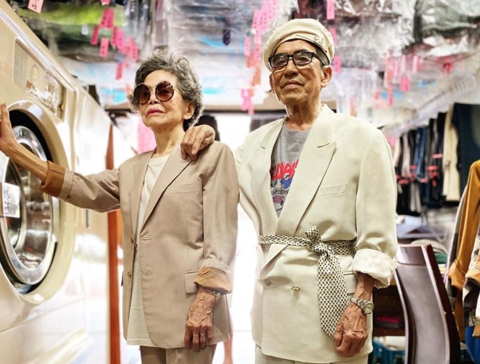 Este casal de idosos se diverte com roupas de modelagem deixadas na lavanderia 1