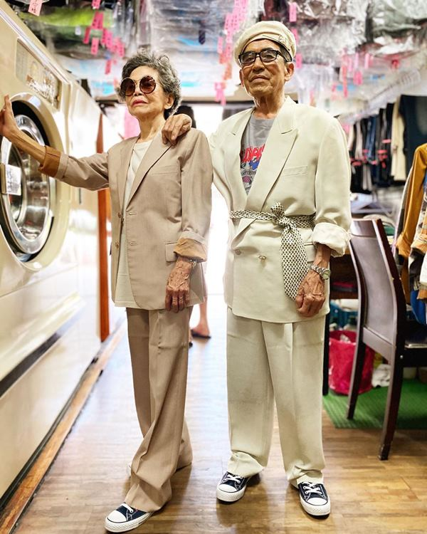 Este casal de idosos se diverte com roupas de modelagem deixadas na lavanderia 10