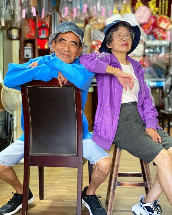 Este casal de idosos se diverte com roupas de modelagem deixadas na lavanderia 2