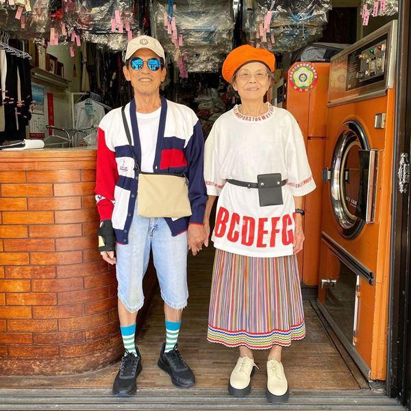 Este casal de idosos se diverte com roupas de modelagem deixadas na lavanderia 3