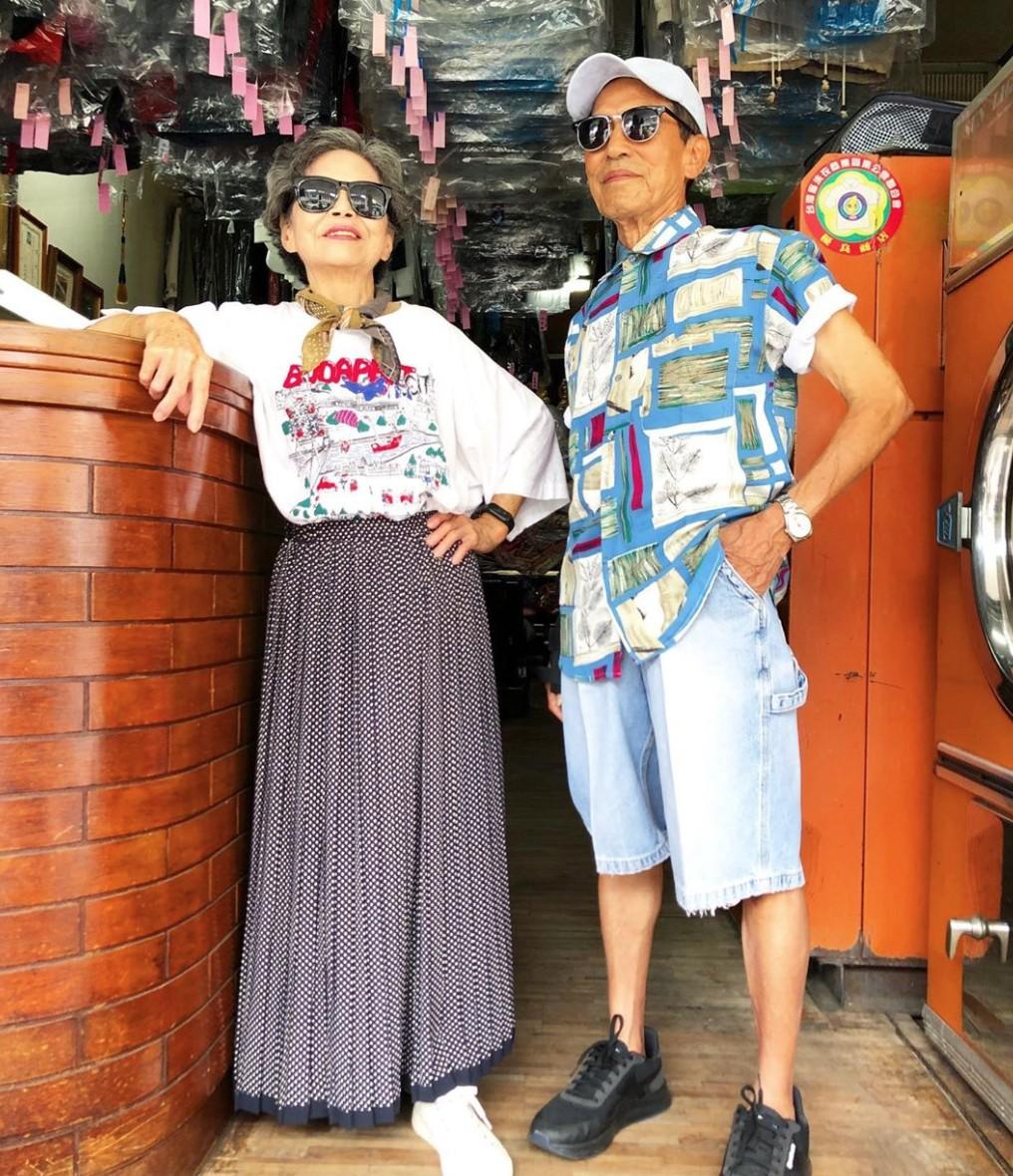 Este casal de idosos se diverte com roupas de modelagem deixadas na lavanderia 4