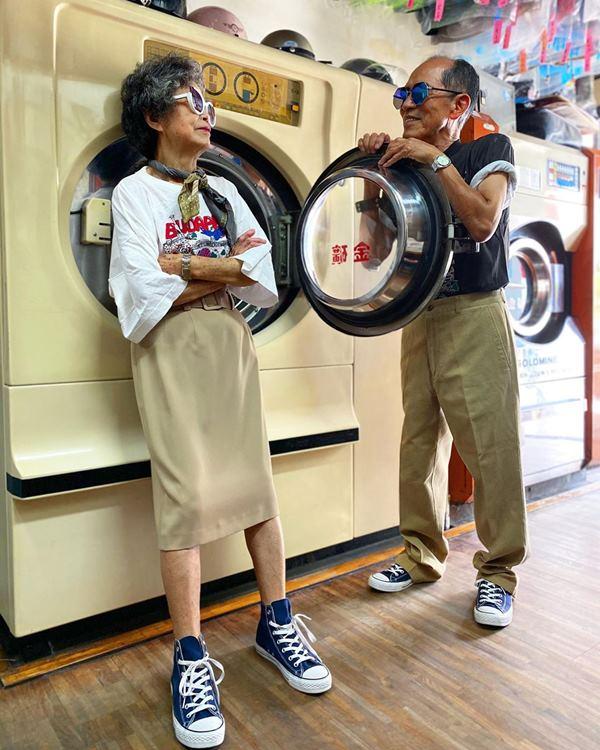 Este casal de idosos se diverte com roupas de modelagem deixadas na lavanderia 5