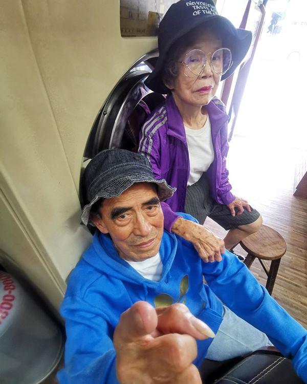 Este casal de idosos se diverte com roupas de modelagem deixadas na lavanderia 6