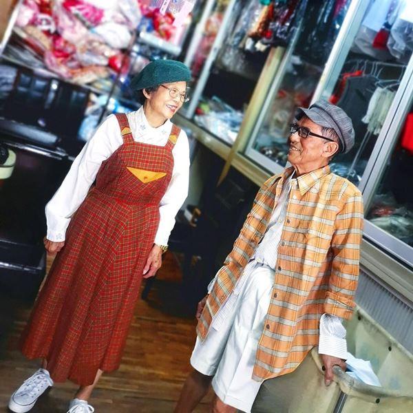 Este casal de idosos se diverte com roupas de modelagem deixadas na lavanderia 9