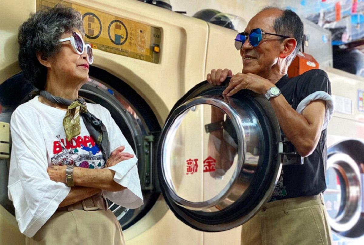 Este casal de idosos se diverte com roupas de modelagem deixadas na lavanderia