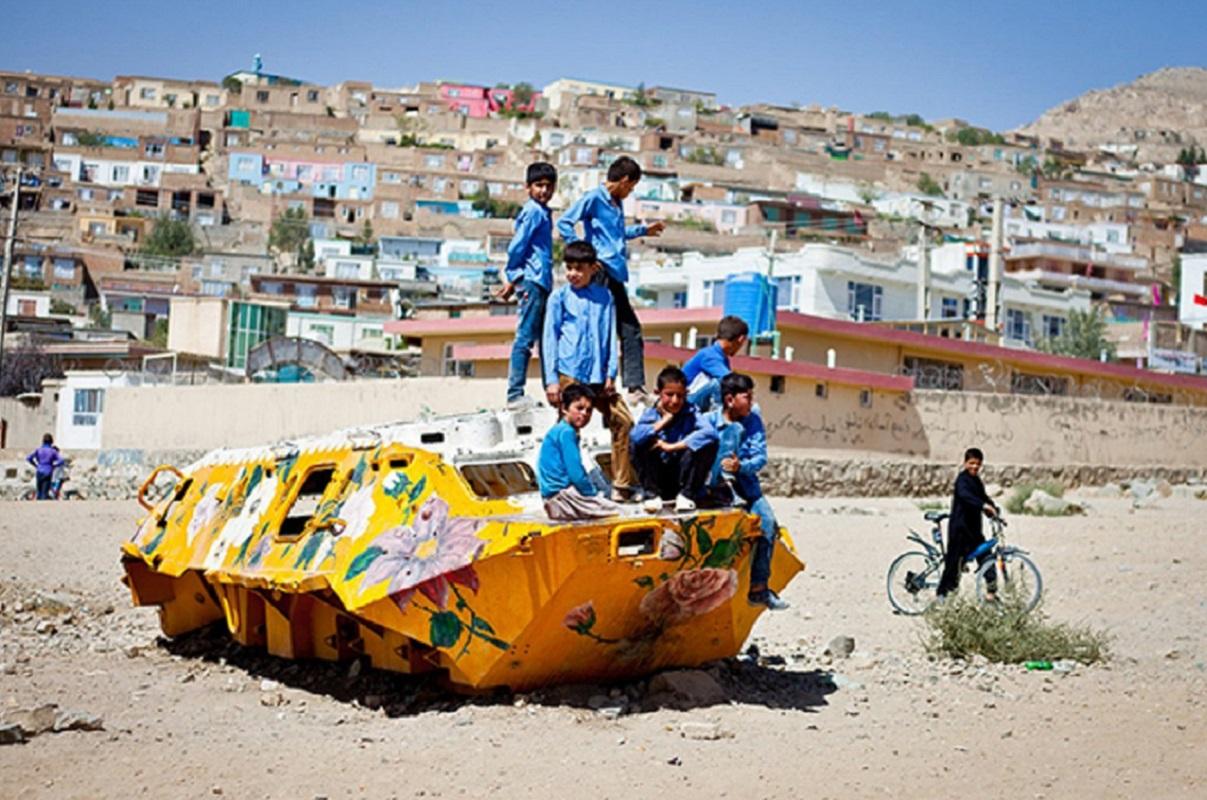 Neda Taiyebi: artista transforma tanques de guerra abandonados em obras de arte