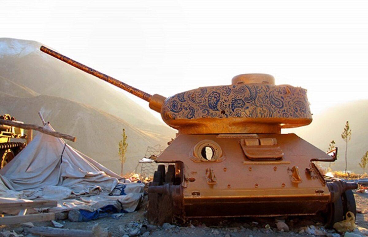 Neda Taiyebi artista transforma tanques de guerra abandonados em obras de arte 2