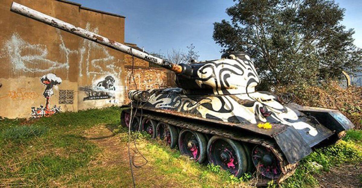 Neda Taiyebi artista transforma tanques de guerra abandonados em obras de arte 3